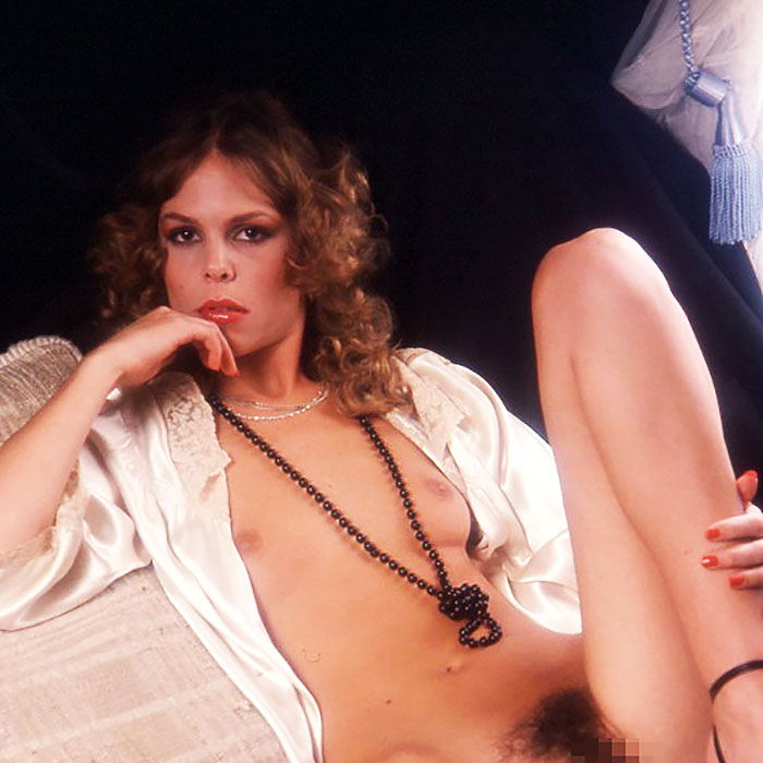Stark behaarte Frauen am Sextelefon